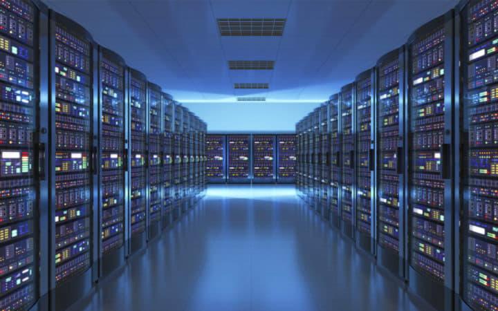 Стойки с серверами в дата-центре